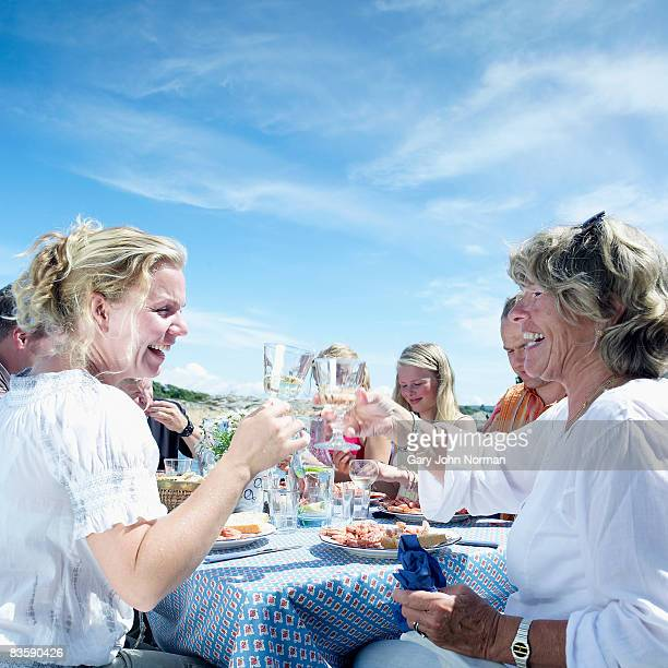 mother and daughter celebrate  - 40 44 jaar stock pictures, royalty-free photos & images