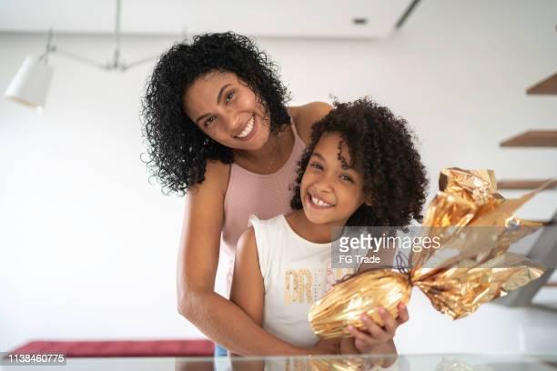 matriz e filha que comemoram easter no retrato home - easter - fotografias e filmes do acervo