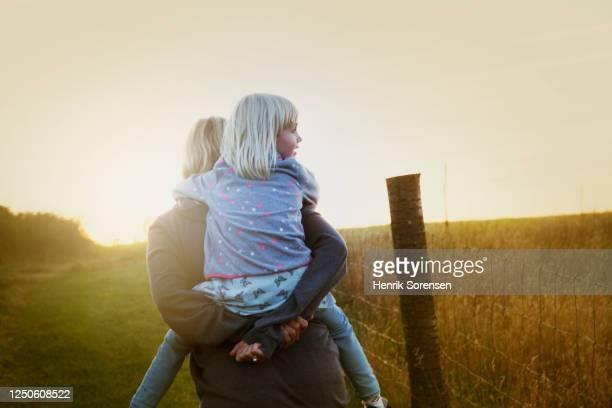 mother and daughter close together - alleenstaande moeder stockfoto's en -beelden