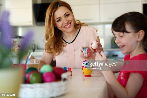 Moeder en dochter kleurplaten Pasen eieren thuis