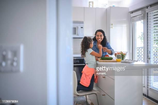 mãe e filha cozinhar alimentos na cozinha - mãe solteira - fotografias e filmes do acervo