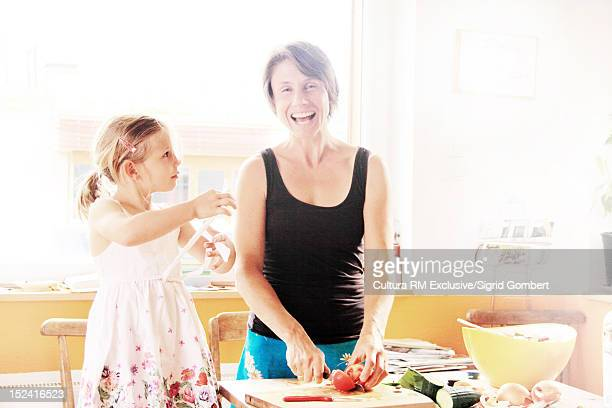 mother and daughter cooking in kitchen - sigrid gombert photos et images de collection