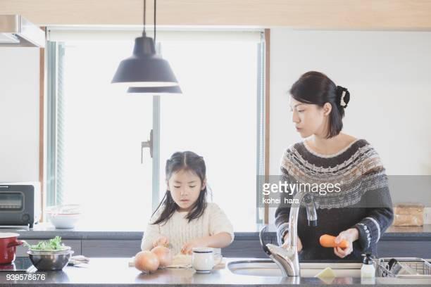 母と娘のキッチンで調理