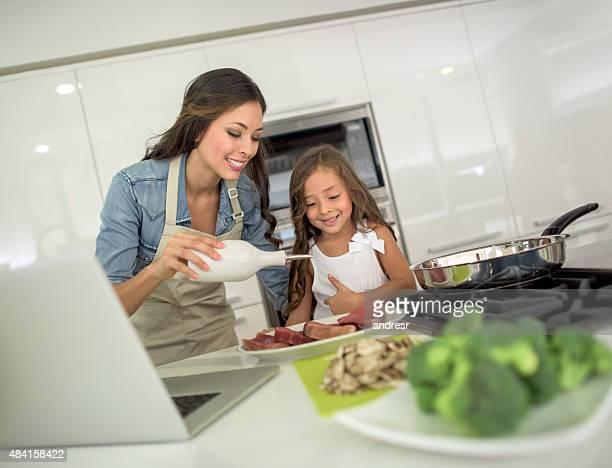 Mère et fille ensemble de cuisson