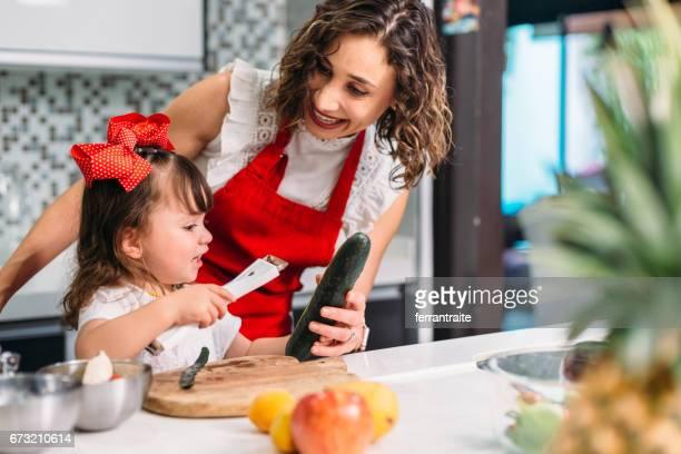 母と娘のお料理 - 皮をむく ストックフォトと画像