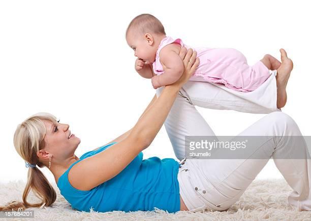 Mère et fille faisant gymnastique sur un arrière-plan blanc