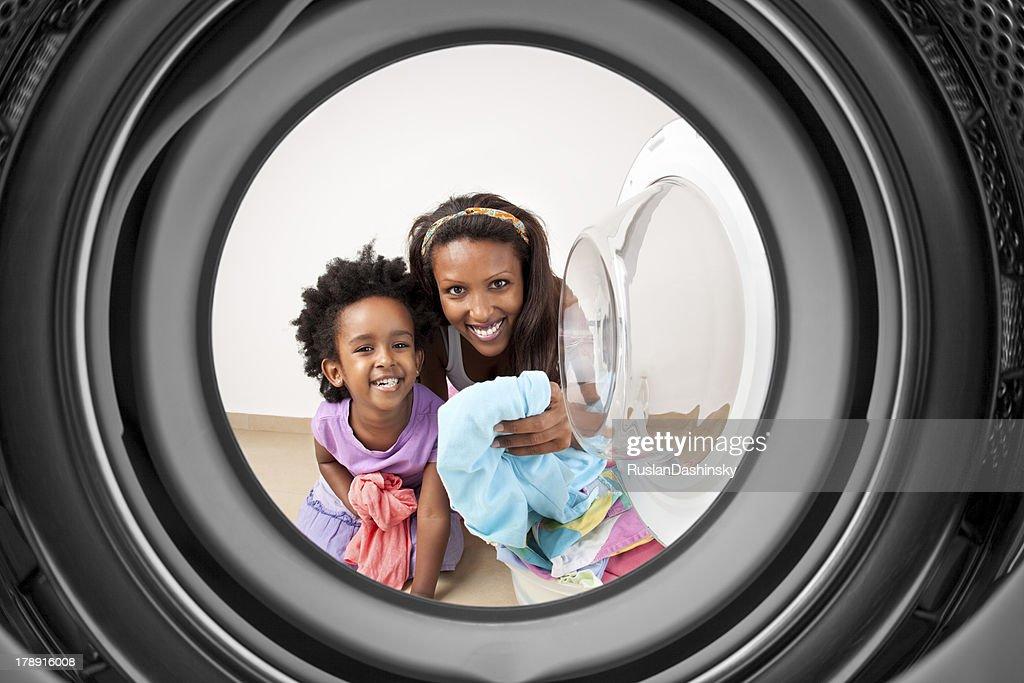 Mutter und Tochter, die Wäscherei im Haus. : Stock-Foto