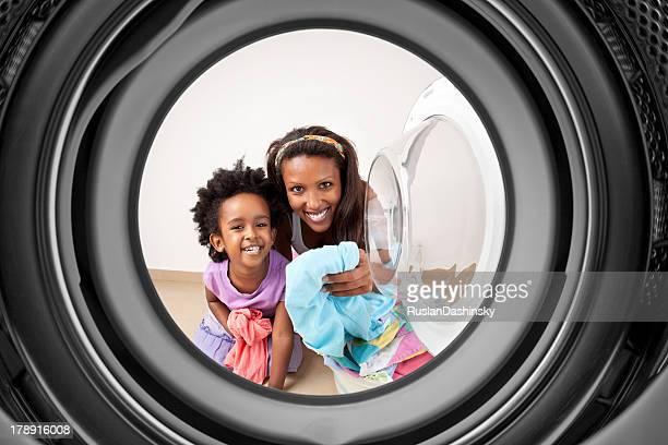 Madre e hija haciendo lavandería.