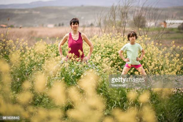 mother and daughter doing yoga in nature - familia con un hijo fotografías e imágenes de stock