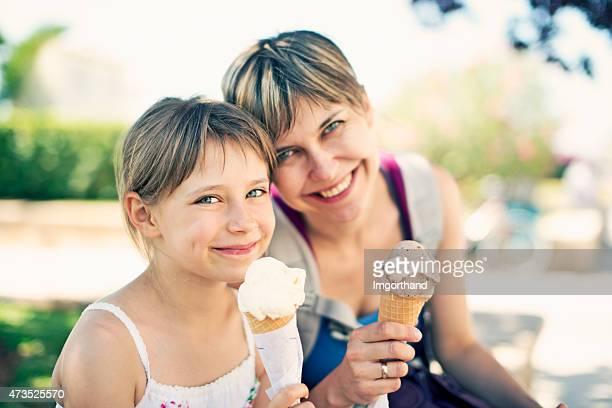 Mutter und Tochter Essen Eis