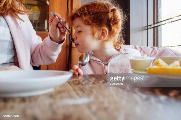 Moeder en dochter eten in een strand-Cafe