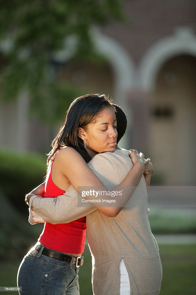 Mother and daughter embracing : Stockfoto