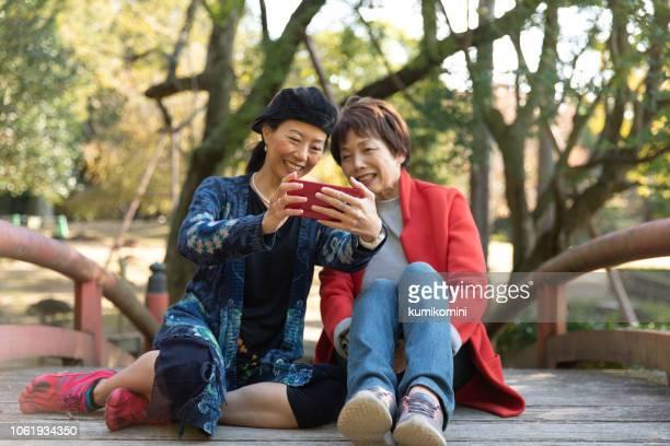 母と娘の初秋を楽しんで - 奈良市 ストックフォトと画像