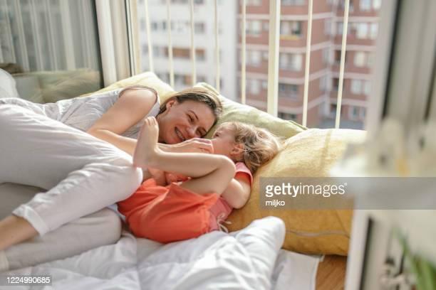 mãe e filha curtindo no quarto de manhã - fazendo cócegas - fotografias e filmes do acervo
