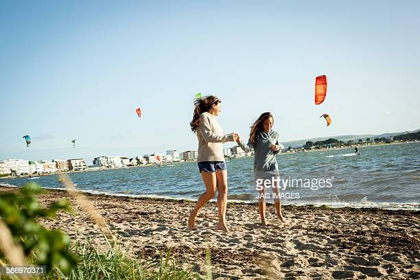 mother and daughter enjoying the beach - 英国 ドーセット ストックフォトと画像