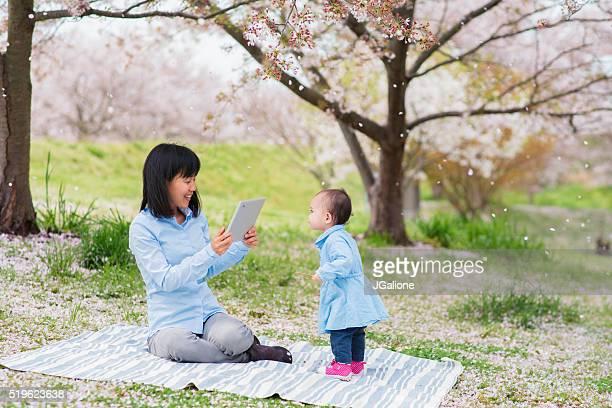 Mutter und Tochter genießen Sie die Kirsche Blüten