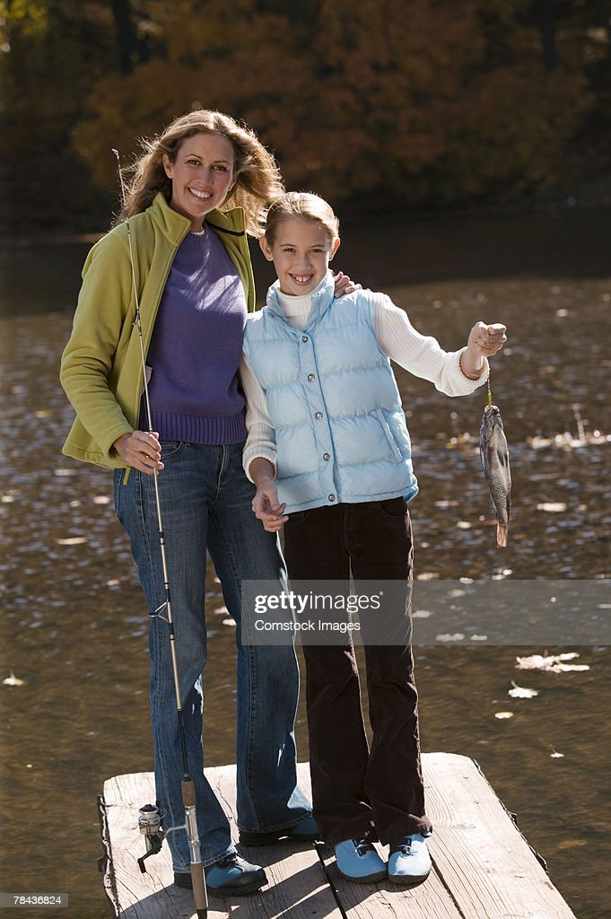 Mother and daughter fishing : Stockfoto