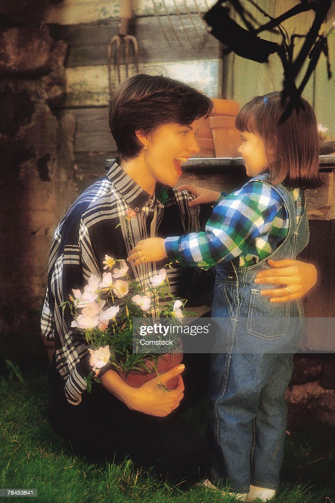 Mother and daughter gardening : Stockfoto