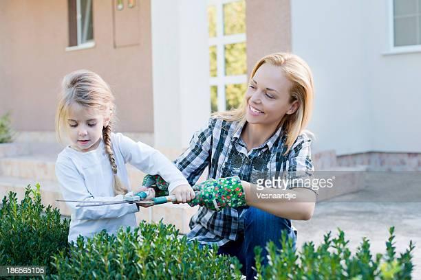 Mutter und Tochter Gartenbau zusammen