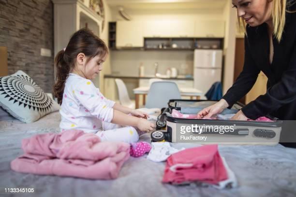 madre e hija preparándose para salir de su habitación de hotel - pack fotografías e imágenes de stock