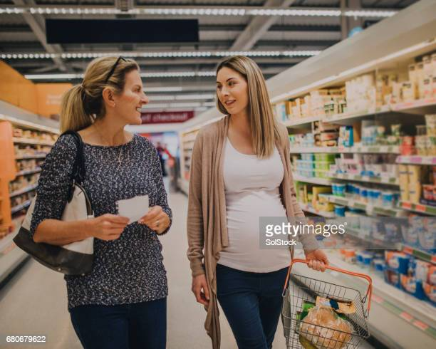Mutter und Tochter Einkaufen im Supermarkt