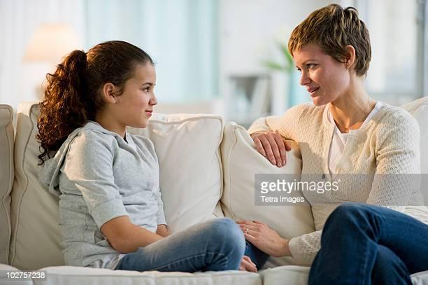 mother and daughter having a serious talk - 12 13 jahre stock-fotos und bilder