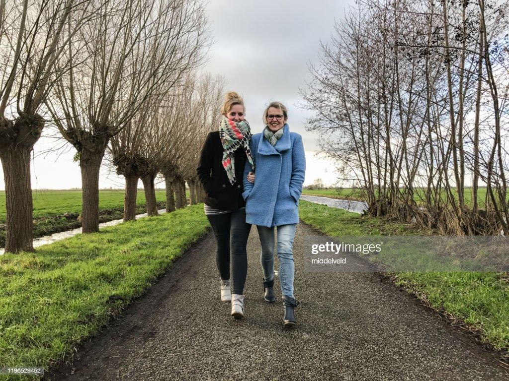Moeder en dochter met een wandeling : Stockfoto