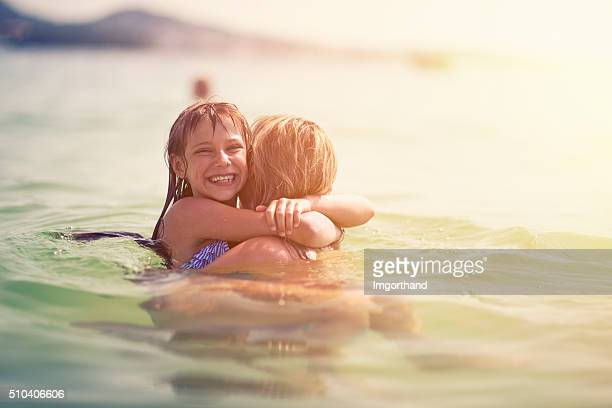 Mutter und Tochter Spaß haben im Meer