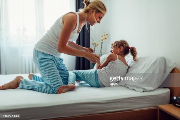 mãe e filha se divertindo pela manhã na sua cama - fazendo cócegas - fotografias e filmes do acervo