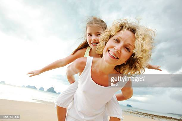 Mutter und Tochter haben Spaß am Strand