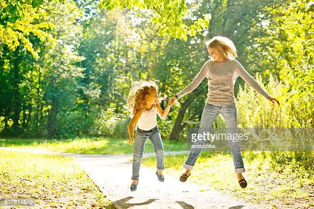 Mãe e filha tendo diversão ao ar livre