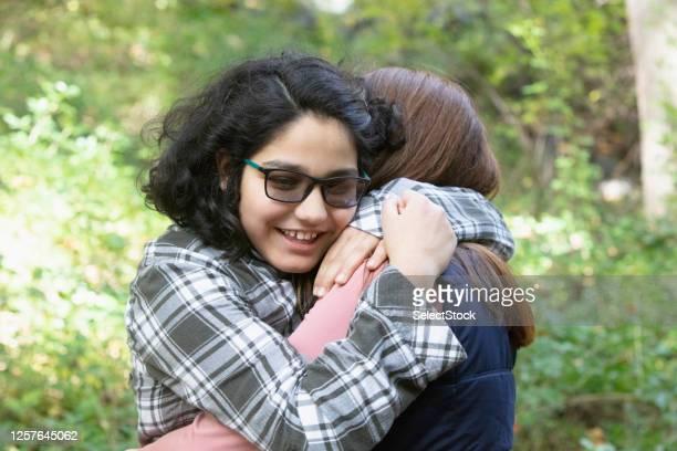 母と娘は自然の中で外で楽しんで - 自閉症 ストックフォトと画像