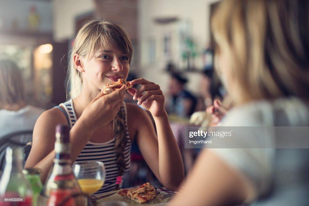 Mutter und Tochter mit Pizza in Piza restaurant : Stock-Foto