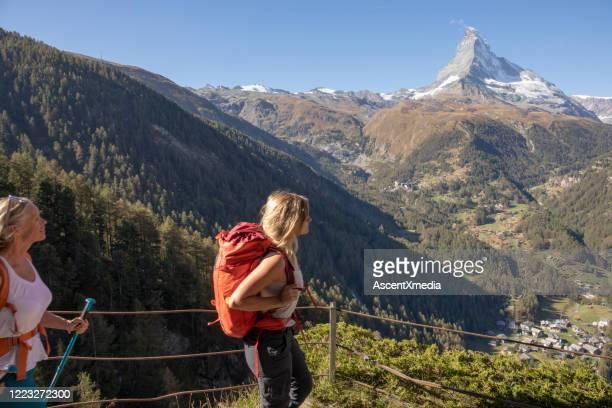 mutter und tochter wandern auf dem fußweg - pinnacle peak stock-fotos und bilder