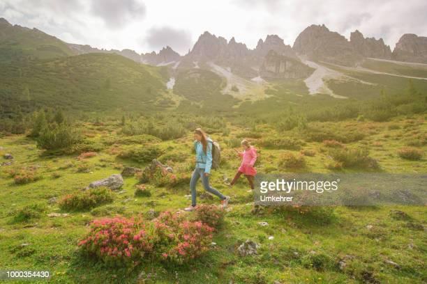 Mutter und Tochter, Wandern in den Bergen