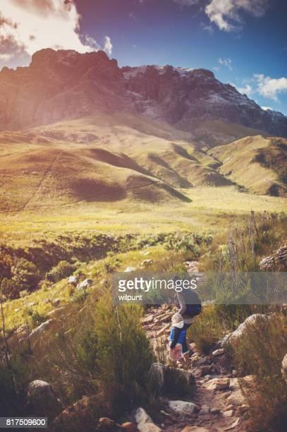 Madre e hija al aire libre de senderismo