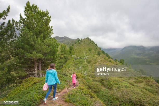Mutter und Tochter Wandern