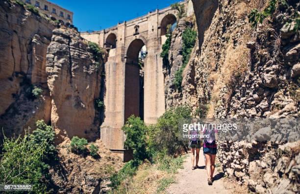 madre e hija de senderismo hacia el puente nuevo de ronda, españa - ronda fotografías e imágenes de stock