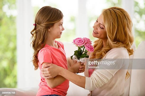Madre e figlia con bouquet di fiori