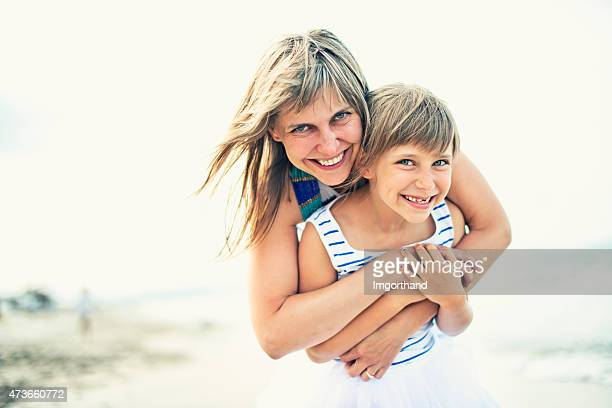 Mère et fille embrassant sur la plage