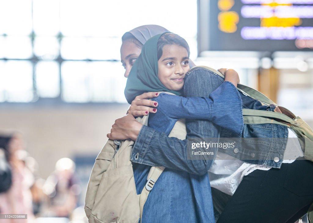 母と娘を抱いて : ストックフォト