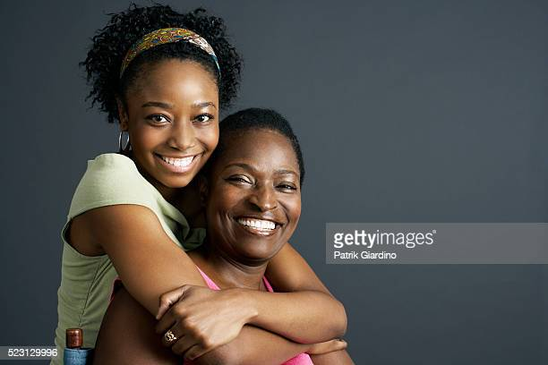 mother and daughter hugging - 40 49 anos - fotografias e filmes do acervo