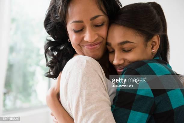 mother and daughter hugging - filha - fotografias e filmes do acervo