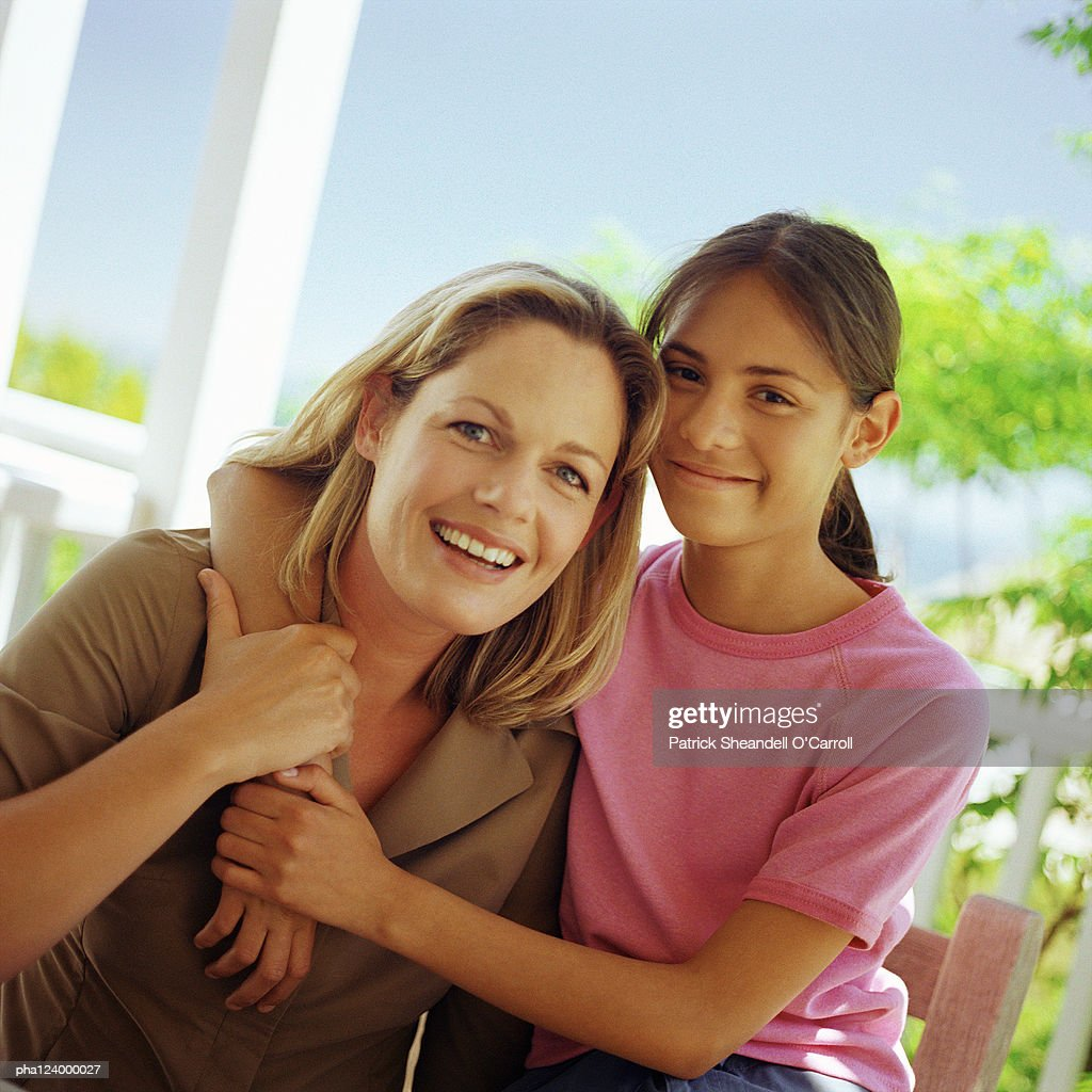 Mother and daughter hugging, portrait : Stockfoto