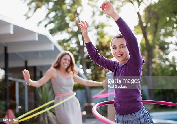 Mutter und Tochter beim hula-Hoop