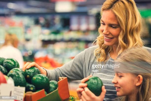 Mor och dotter i en stormarknad