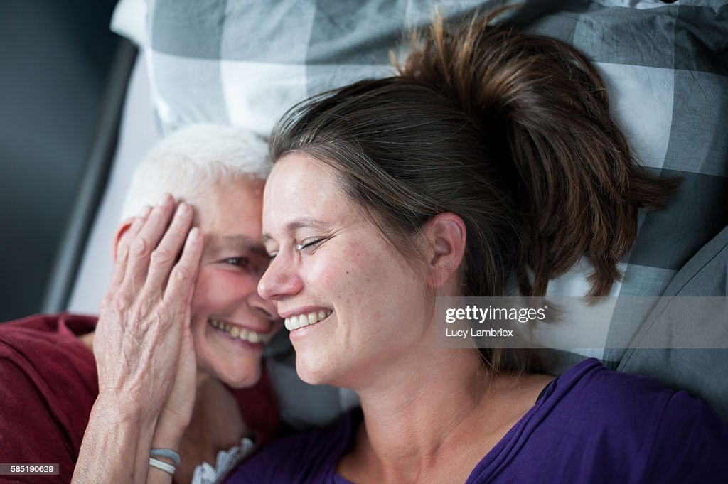 Mother and daughter in bed : Stockfoto