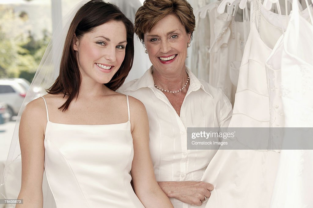 Mother and daughter in bridal shop : Stockfoto