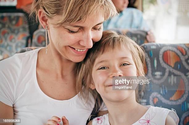 Madre e hija en autobús