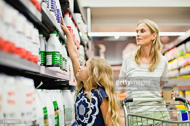mother and daughter in grocery store - extra long stock pictures, royalty-free photos & images
